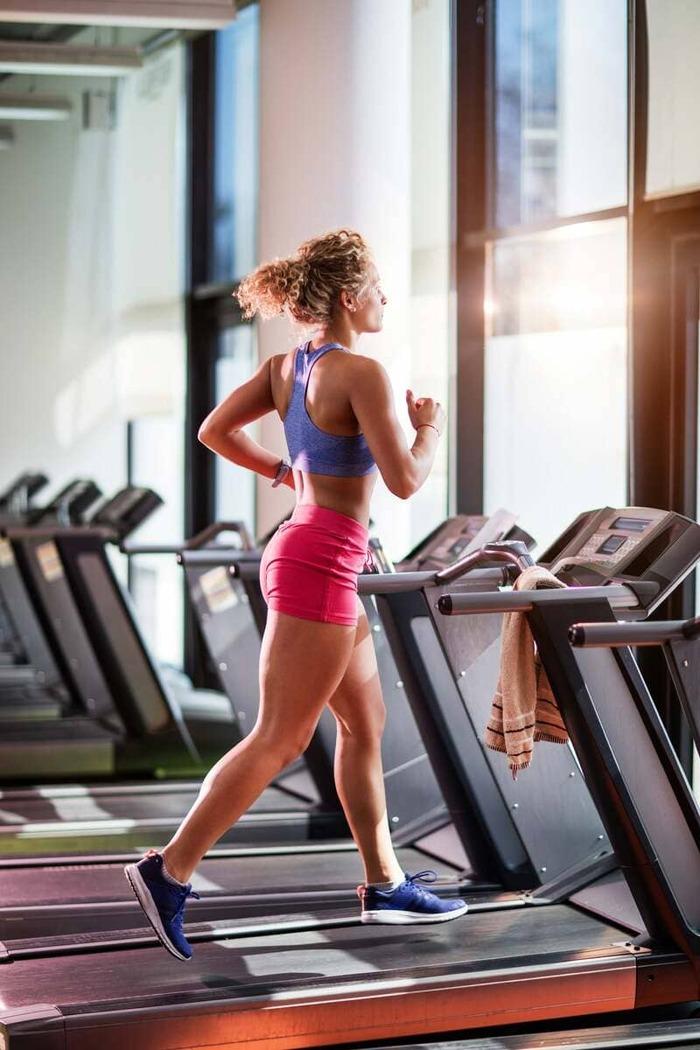 Phương pháp tập gym hiệu quả bằng cách Squat với tạ chuông